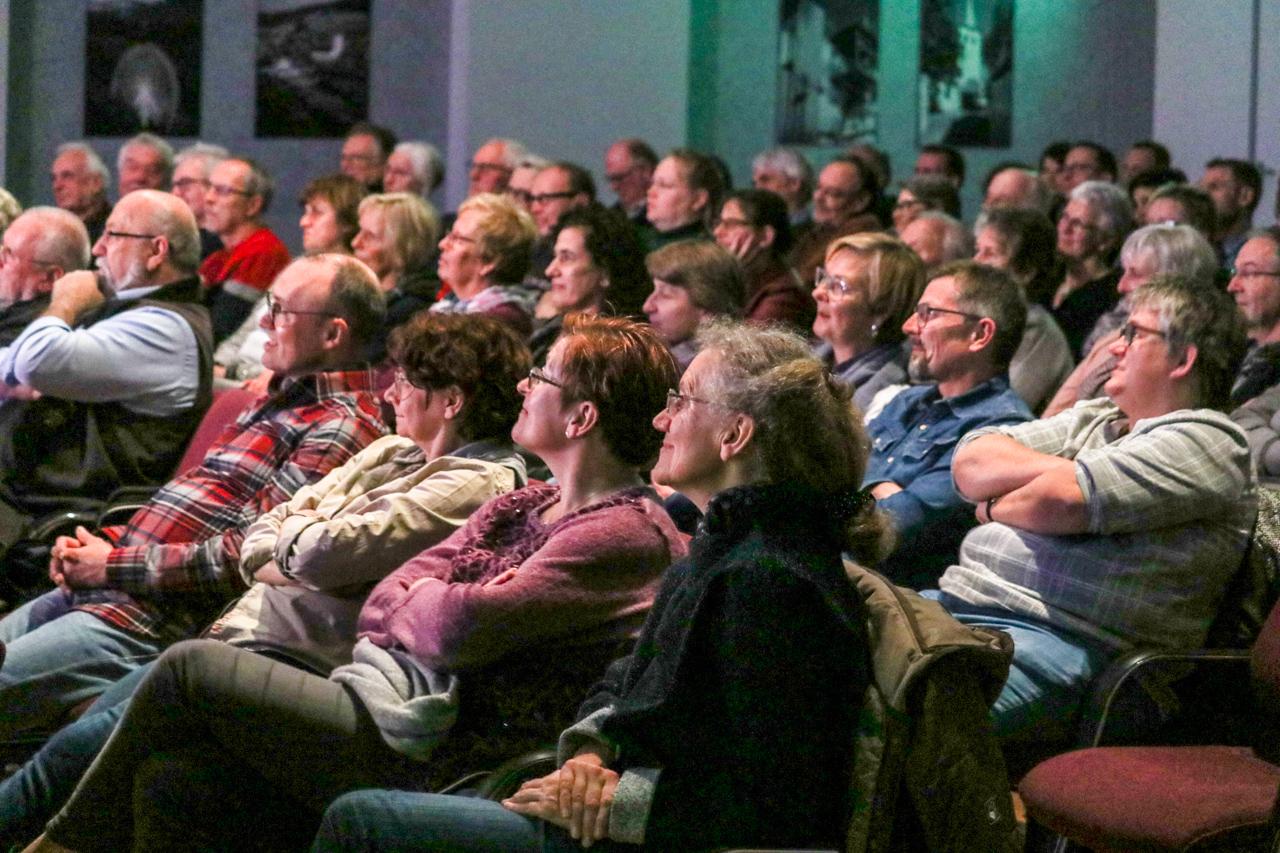 Die 100 Zuhörer folgten dem Kabarettisten aufmerksam. Foto: Kultur Pur/Ulrich Bock