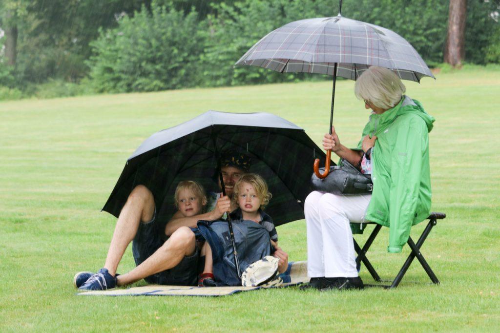 Noch hoffen die Gäste auf Wetterbesserung. Foto: Kultur Pur/Ulrich Bock