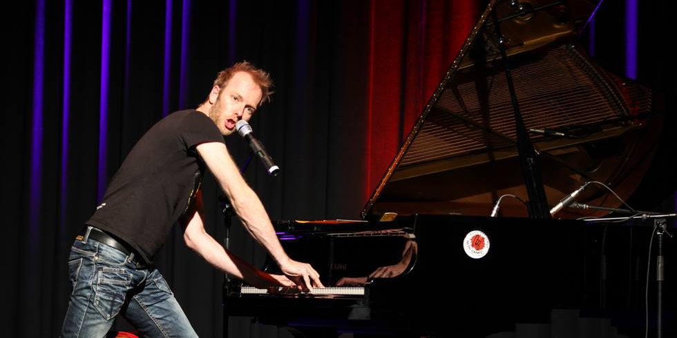 Stehend am Klavier rockte Michael Krebs den Rathaussaal. Foto: Kultur Pur/Ulrich Bock