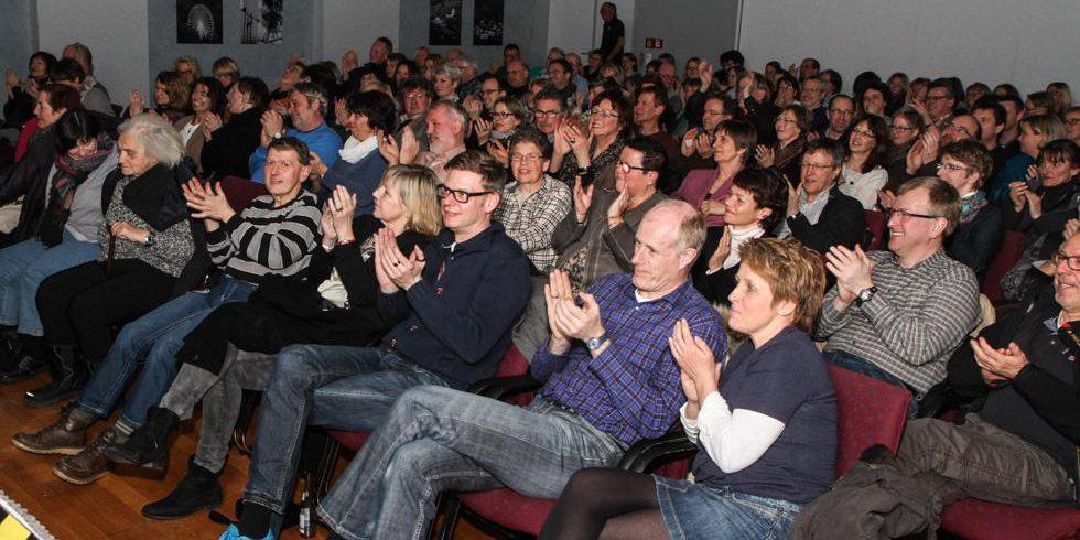 150 Zuschauer gingen bei dem Auftritt von Michael Krebs begeistert mit. Foto: Kultur Pur/Ulrich Bock